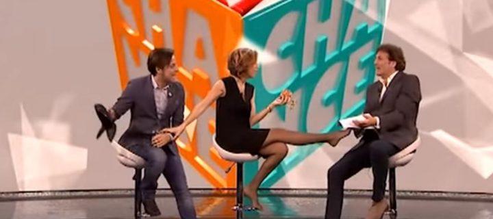 Veronica Maya in collant neri si toglie le scarpe in diretta