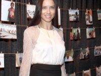 Adriana Lima in collant neri e sandali