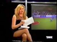 Alba Parietti in collant sullo sgabello di TMC – Ecco il video