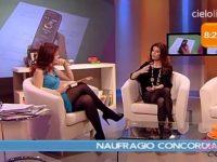 Paola Saluzzi in collant si toglie le scarpe