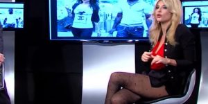 Micol Azzurro: minigonna invisibile e collant fantasia. Che video!