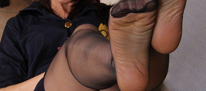 La Poliziotta In Collant Toglie Gli Stivali
