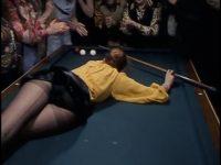 Gioca a Biliardo in Collant: Una scena Da Non perdere