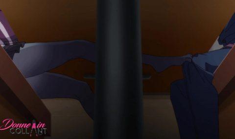 Piedino sotto al tavolo in collant da Anime Giapponese