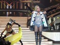 Gwen Stefani in collant durante un concerto