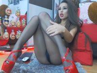 Niki: caldissima con i collant in cam